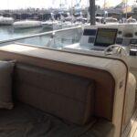 Supporto tv a rotazione centrale installato a scomparsa su mobile imbarcazione in modalità of