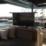 Supporto tv a rotazione centrale installato a scomparsa su mobile imbarcazione in modalità on