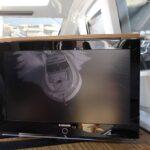 Supporto tv a rotazione centrale installato su yacht in modalità on