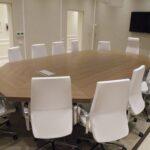 Tv lift compatto per monitor installato su tavolo sala riunioni in modalità of