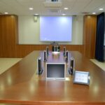 Tv lift compatto per monitor installato su tavolo sala riunioni in modalità on