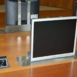 Tv lift compatto per monitor installato su tavolo sala riunioni in modalità on dettaglio