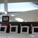 Sollevatore tv installato dietro lo schienale del divano su imbarcazione