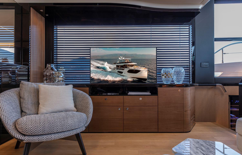 Tv lift Sea & Symphony per l'installazione a scomparsa ideale per gli arredi degli yacht